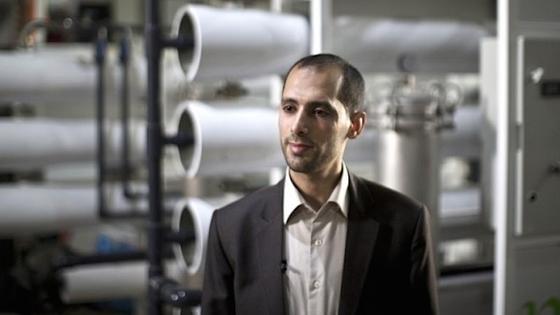 Forscher Diaa Abu Assi vor einem Teil der Meerwasserentsalzungsanlage. In den Stahlrohren befinden sich die Nanofilter. Die Versuchsanlage schafft allerdings nur eine Trinkwasser-Ausbeute von 1000 l am Tag.