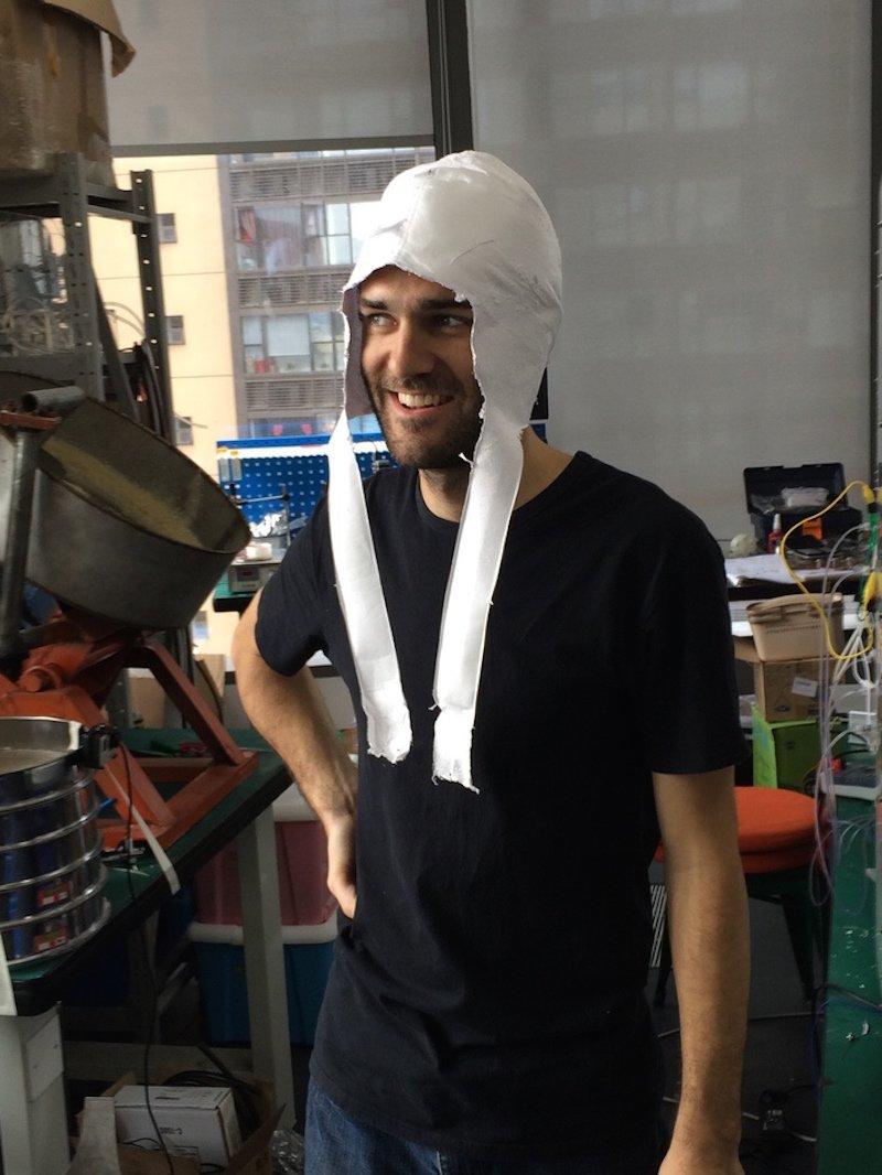 Schicke Kopfbedeckung gefällig? Dann einfach eine entsprechende 3D-Vorlage bauen und in den 3D-Drucker stellen, wie es dieser Electroloom-Mitarbeiter getan hat.