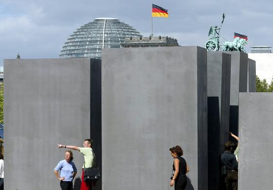 Holocaust-Mahnmal in Berlin: Viele Betonstelen sind nach zehn Jahren schon so marode, dass sie kaum noch repariert werden können. Vor einem solchen Schicksal möchte eine niederländischer Meeresbiologe Betonbauten zukünftig bewahren.