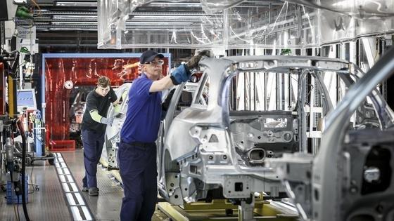 Fertigung des C-Klasse T-Modells im Mercedes-Werk Bremen: 750 Mio. Euro investiert Mercedes in die Fabrik, um es zum ersten Werk 4.0 zu machen. In Zukunft werden Menschen und Roboter noch enger zusammenarbeiten.