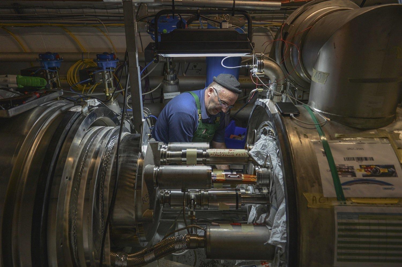 Techniker bei der Wartung des Beschleunigertunnels. Darin bewegen sich auf einer Länge von 27 km in entgegengesetzter Richtung Protonnenstrahlen mit einer Energie von jeweils 6,5 TeV.