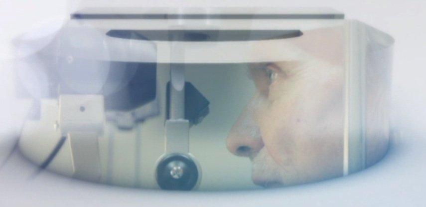 Menschen ab 60 Jahren sollten ihre Augen regelmäßig vom Augenarzt kontrollieren lassen.