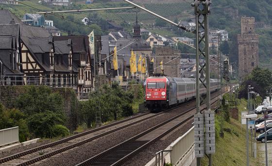 Ein Fünftel der deutschen Bevölkerung lebt an Schienenwegen. Ihnen soll die neue Schallschutzwand ruhigen Schlaf zurückgeben.