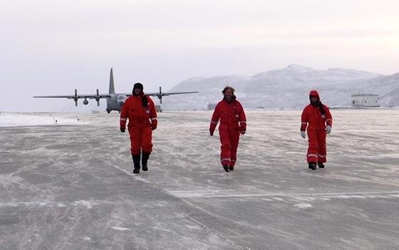 Nach einem Messflug wieder am Boden: die Forscher (v.l.) Martin Keller (DLR), Silvan Leinss (ETH) und Georg Fischer (DLR).