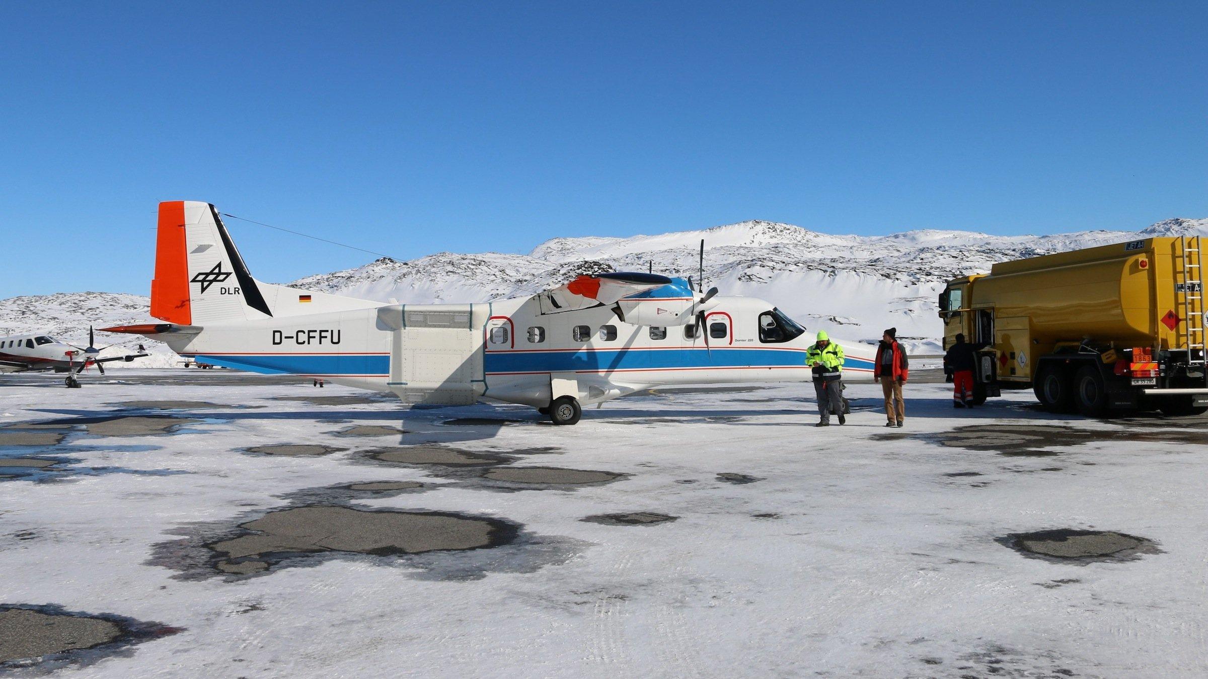 Das Forschungsflugzeug Do-228 D-CFFU des DLR mit dem F-SAR Radar System an Bord bei einer Zwischenlandung in Ilulissat, Grönland. Die Radarantennen sind seitlich am Rumpf des Flugzeugs zu erkennen. Noch bis Ende Mai erfassen die Messgeräte die Beschaffenheit des Eises bis in eine Tiefe von 50 m.