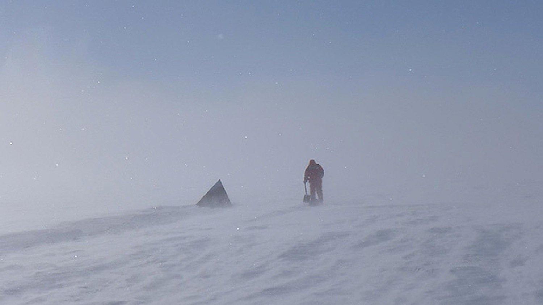 Die Arbeitsbedingungen auf Grönland sind teilweise sehr hart. Vor der Flügen mussten Daten über die Eisoberfläche per Hand erfasst werden, bei Sturm und Temperaturen bei weiter unter minus 25 Grad.