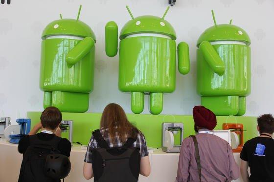 Nachbildungen des Logos von Android auf derEntwicklerkonferenz Google I/On in San Francisco: Forscher aus Cambridge haben nun nachgewiesen, dass man trotz Reset persönliche Daten von Android-Smartphone auslesen kann.