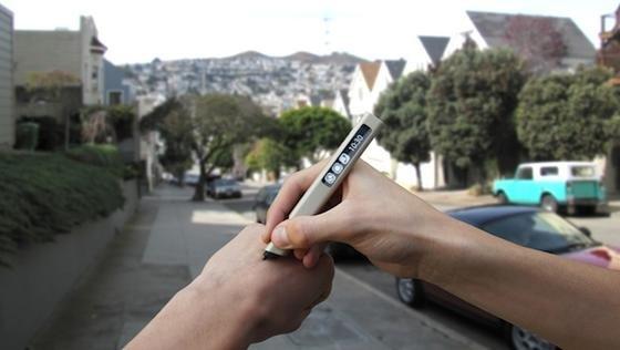 Klischee oder Realität: Der Phree kann auch einfach auf dem Handrücken benutzt werden. Das Geschriebene erscheint auf dem Smartphone und kann gespeichert werden.