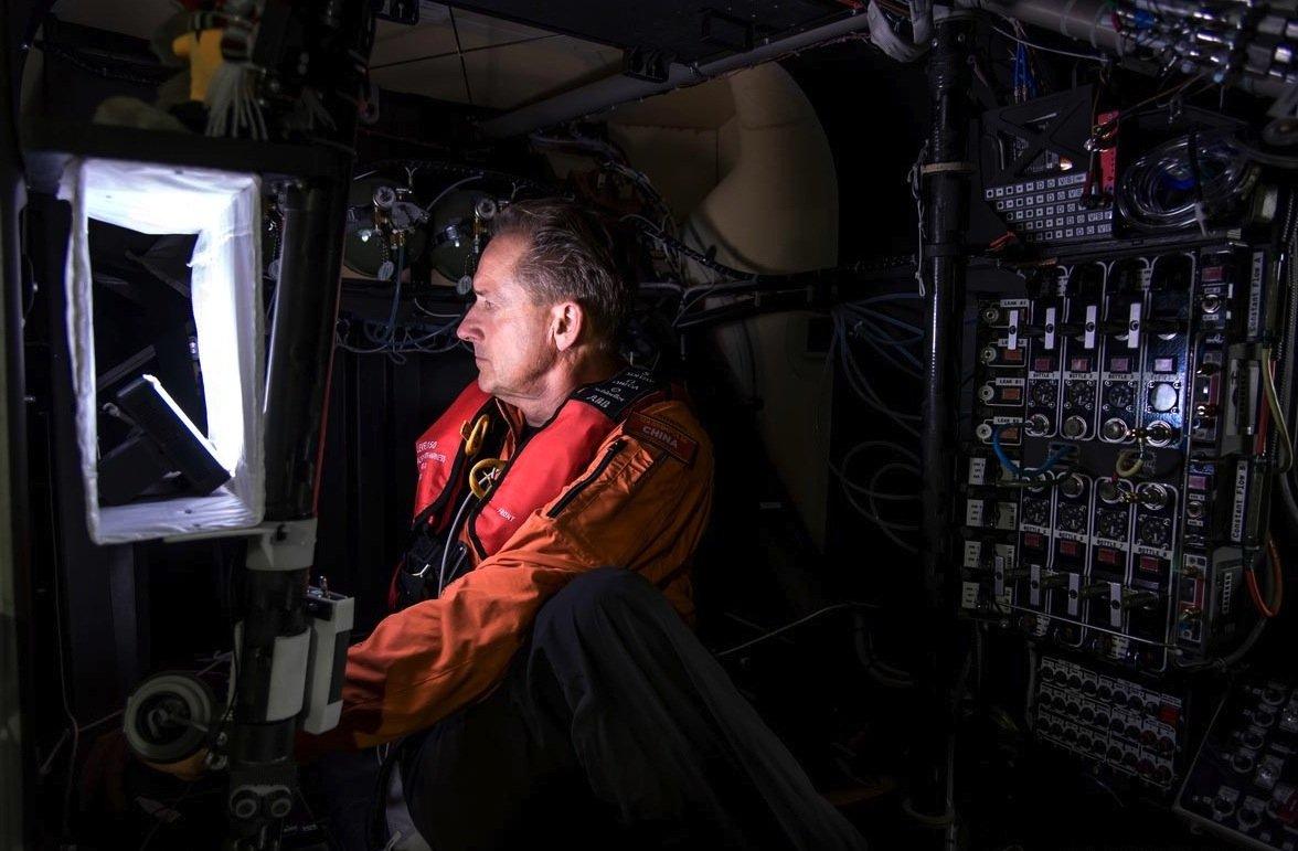 Yoga-Training im Cockpit der Solar Impulse: PilotAndrè Borschberg muss während des fünf- bis sechstägigen Fluges nach Hawaii meistens wach bleiben. Er darf sich nuracht 20-minütige Powernaps Schlaf gönnen.