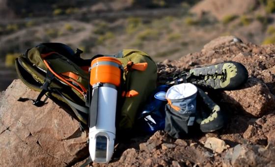 Die Drohne Sprite erinnert an eine Thermoskanne und passt in eine Seitentasche des Rucksackes.