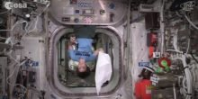 ESA-Astronautin Samantha Cristoforetti zelebriert auf der ISS den Towel Day