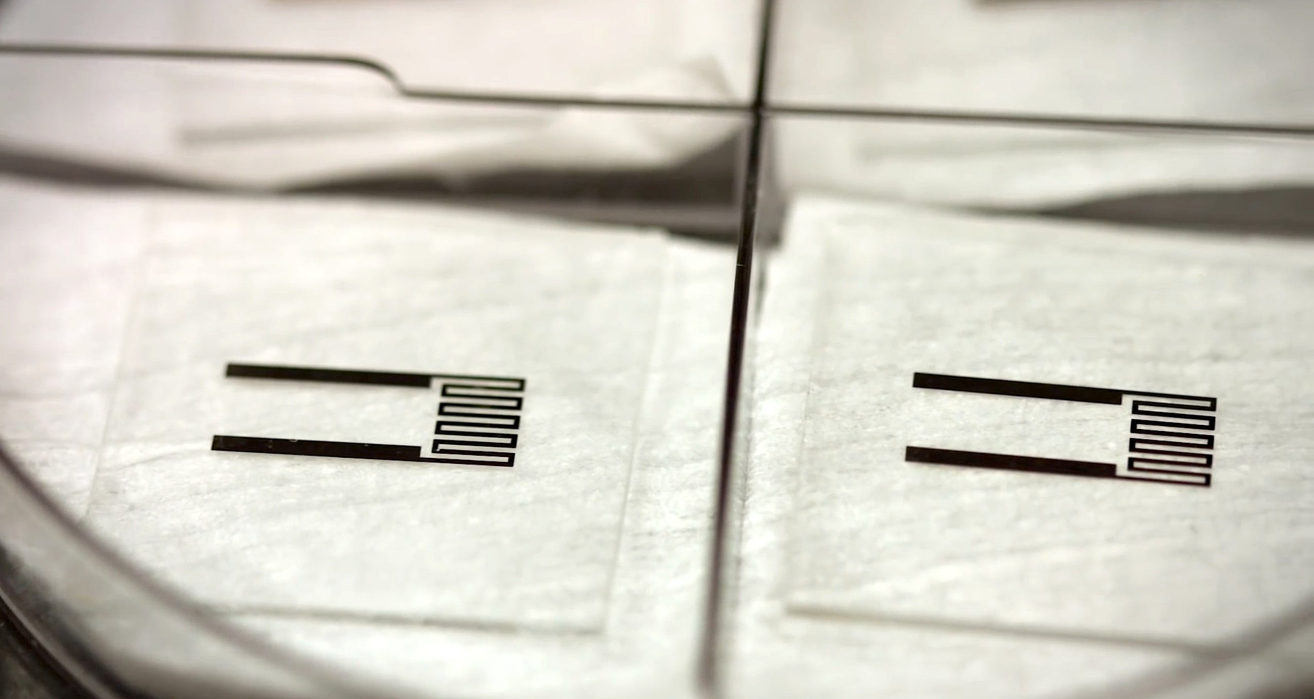 Nach dem Säurebad bleiben saubere elektronische Bauteile übrig, die recycelt werden können.