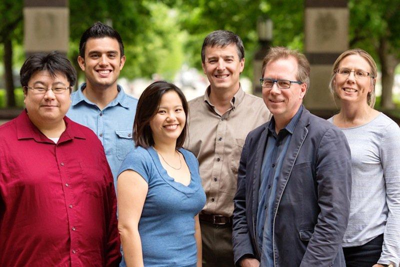Prof.Scott R. White (r.) und sein Team von der University of Illinois wollen mit ihrer Methode helfen, Elektronikschrott leichter zu redyceln.