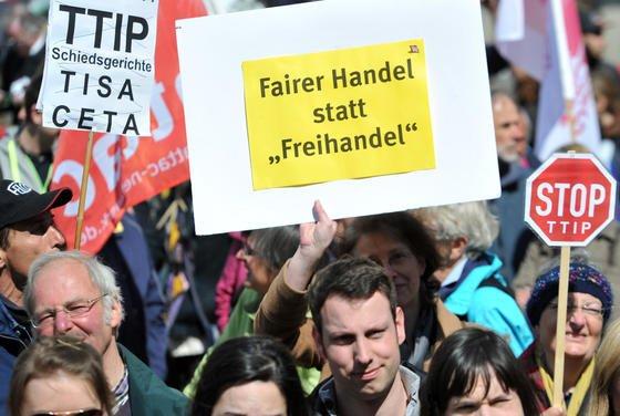 Demonstration in Augsburg gegen das geplante Freihandelsabkommen TTIP: EU-Parlamentarier Bernd Lange, Berichterstatter des Parlamentes zum TTIP-Abkommen, hält eine Vereinbarung vor den amerikanischen Präsidentschaftswahlen Ende 2016 nicht für möglich.