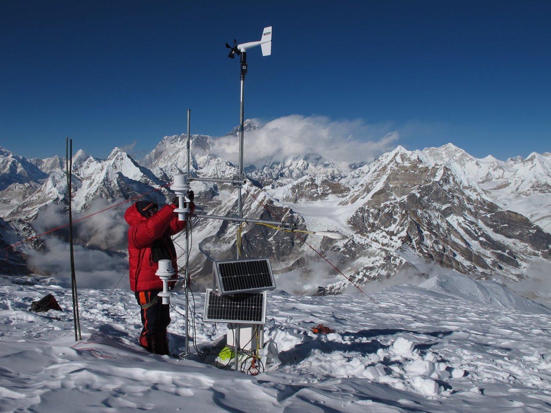 Klimaforscher Joseph Shea führt Messungen imnepalesischen Dudh Kosi-Becken durch – in der Nähe des Mount Everest.Selbst bei einem Temperaturanstieg von nur 1,5°C im globalen Mittel gehen die Forscher von massiven Eisverlusten aus.