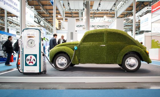 Ein mit grünem Kunstrasen überzogener Volkswagen Käfer bei der Hannover Messe in Hannover. Die Politik sieht bis 2020 hierzulande auf den Straßen eine Million Elektroautos. Kaum schaffbar, ist Automobilexperte Ferdinand Dudenhöffer überzeugt.