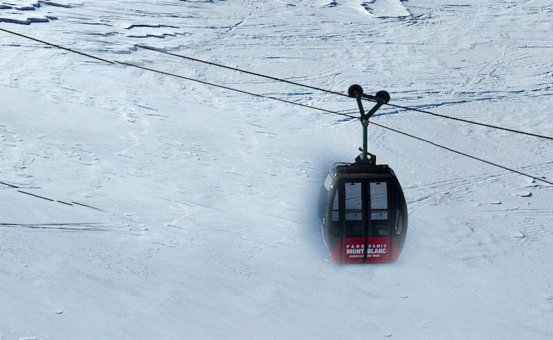 Herangezoomte Ansicht der Gondelbahn am Mont Blanc: Zoomt man ganz zurück, ist die Gondel so groß wie ein Stecknadelkopf.