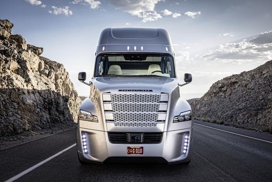 Die Idee eines 3000 km langen Highways, auf dem sich nur autonom fahrende Lastwagen tummeln, wird aktuell von derCentral North American Trade Corridor Association diskutiert. Eine solche Autobahn würde den Warenaustausch zwischen Mexiko, denVereinigten Staaten und Kanada vereinfachen.