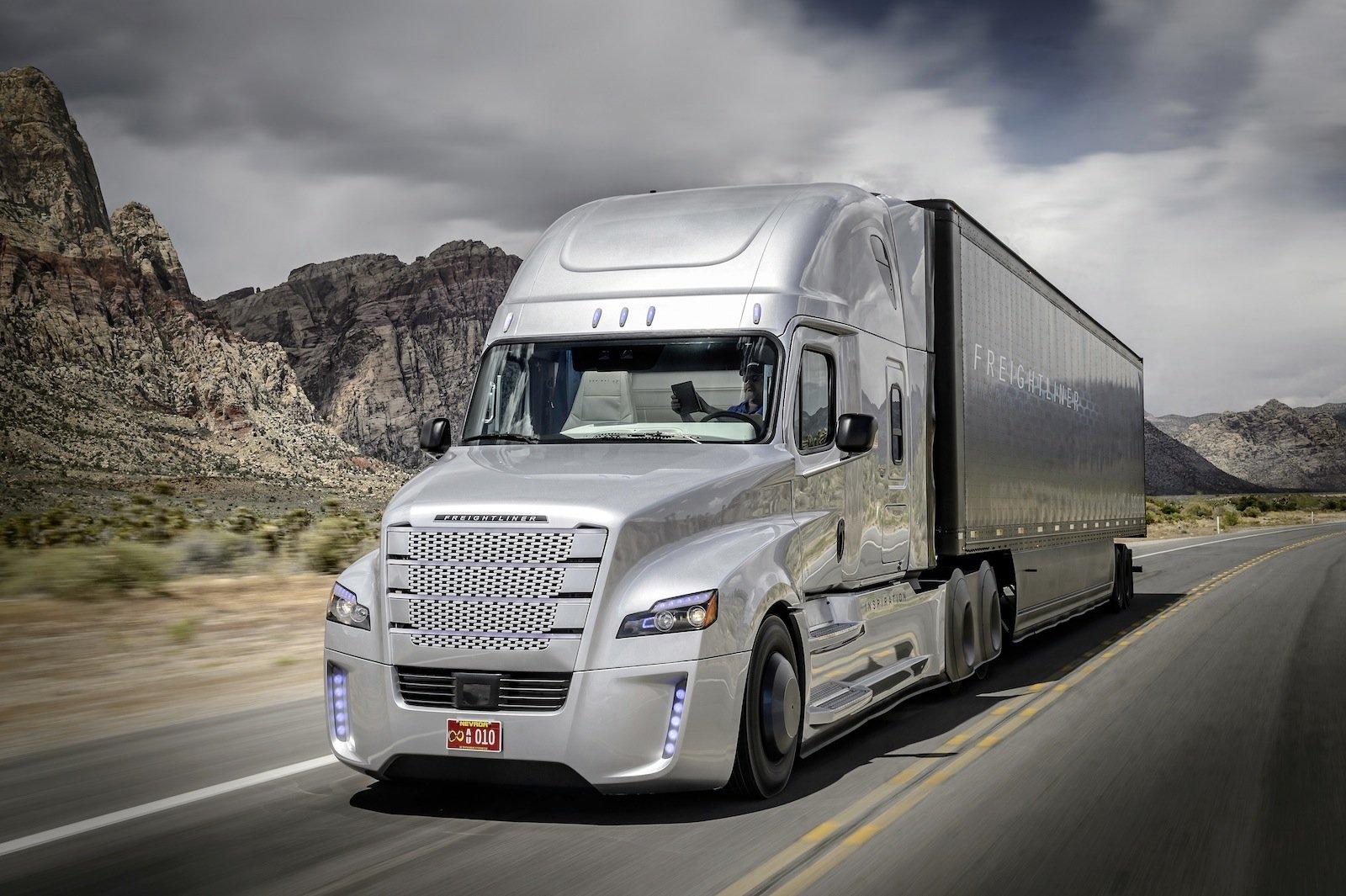 Hände weg vom Steuer: Der Freightliner Inspiration Truck fährt mit Autopilot schon heute auf öffentlichen Straßen in den USA.