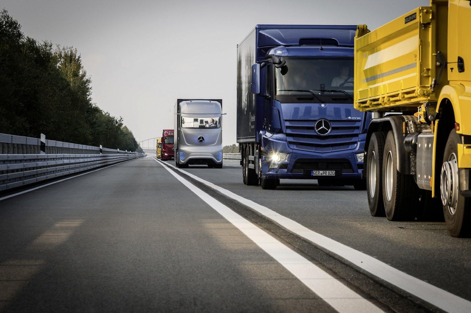 Hierzulande sitzen noch die Lkw-Fahrer im Führerhaus. In den USA wird bereits darüber nachgedacht, eine Autobahn speziell für autonom fahrende Trucks zu bauen. Ob und wann aus der Vision Realität wird steht allerdings noch nicht fest.