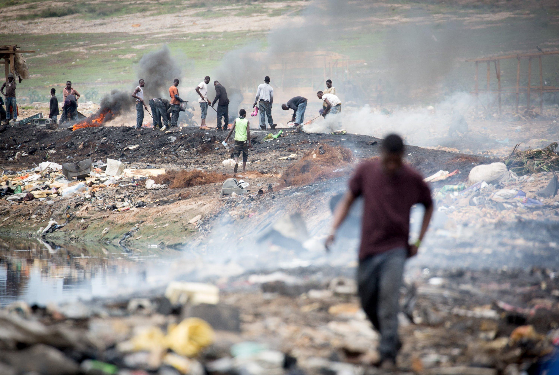 Männer arbeiten in Ghana auf einer Müllhalde aus Elektroschrott. Weltweit entstehen jährlich 50 Millionen Tonnen Elektromüll. Ein Computerchip aus Holz könnte diesen Zuständen entgegenwirken.