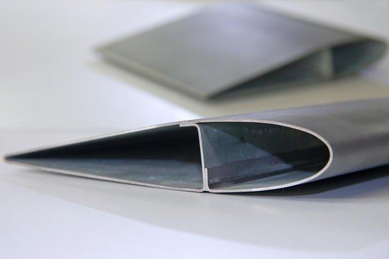 Technologiedemonstrator: Das Rotorblatt aus 1,0 mm Stahlblech mit integrierter, gekanteter Verstärkung wurde mit einem Öl-Wasser-Gemisch in seine endgültige Form gebracht.