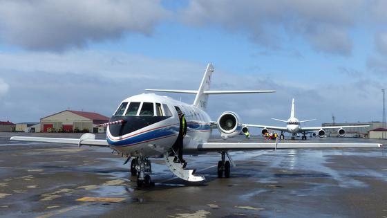 Mit dem Forschungsflugzeug DLR Falcon (vorne) sind zehn Testflüge derüber Grönland geplant, die größtenteils koordiniert mit dem Forschungsflugzeug DC-8 der Nasa (hinten) stattfinden. Daten der Nasa DC-8 und der DLR Falcon werden miteinander verglichen.
