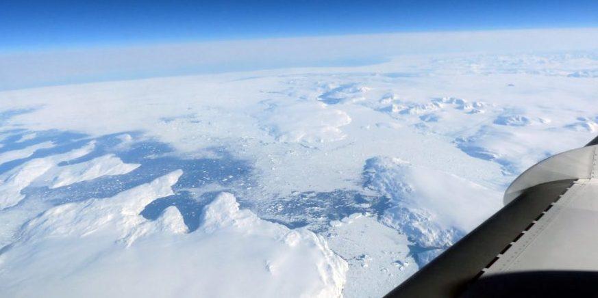 Blick aus der Falcon auf Grönland:Die arktische Polarregion um Island und Grönland ist die Wetterküche Europas. Dort wo kalte Luftmassen aus polaren Regionen auf warme Luftmassen treffen, können sich kleine Anomalien zu ganzen Wettersystemen entwickeln.