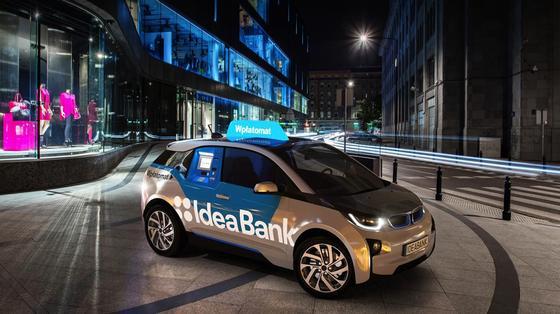 Umgebauter BMW i3 der Idea Bank: Er lässt sich per Smartphone-App bestellen und fährt einen Geldautomaten direkt vor die Haustür.