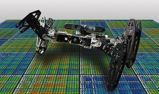 Ein verletzter Roboter lernt das Humpeln: Möglich macht das eine Software, die ihn verschiedene Bewegungsmuster testen lassen, um etwa ein blockiertes Gelenk auszugleichen.