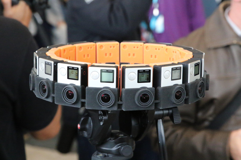 Google und der Kamerahersteller GoPro haben am 28. Mai in San Francisco auf der Entwicklerkonferenz Google I/O 2015 das VR-System Jump präsentiert. Mit Hilfe einer Software von Google können die Bilder der 16 Kameras zu einem Virtual-Reality-Film zusammengesetzt werden, der dem Zuschauer einen 360-Grad-Perspektive ermöglicht.