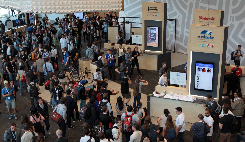 Besucher stehen an den Ständen von Partnerfirmen bei der Entwicklerkonferenz Google I/O 2014 in San Francisco. Auf der Konferenz Google I/O 2015 stehen praktische Hinweise für die Google-Partner im Vordergrund.