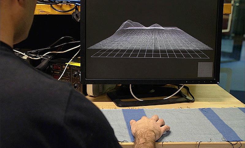 Beweis für die Sensibilität des Touchgewebes: Punkte einer Computermatrix zeichnen Bewegungen des Fingers auf dem Stoff nach.