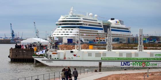 Das schwimmende AIDA-Gaskraftwerk vor dem Kreuzfahrtschiff AIDAsol im Hamburger Hafen: AIDA-Schiffe erhalten während der Liegezeiten umweltfreundlichen Strom, der aus Gas produziert wird. Dadurch entfällt die Stromerzeugung an Bord aus Schiffsdiesel.