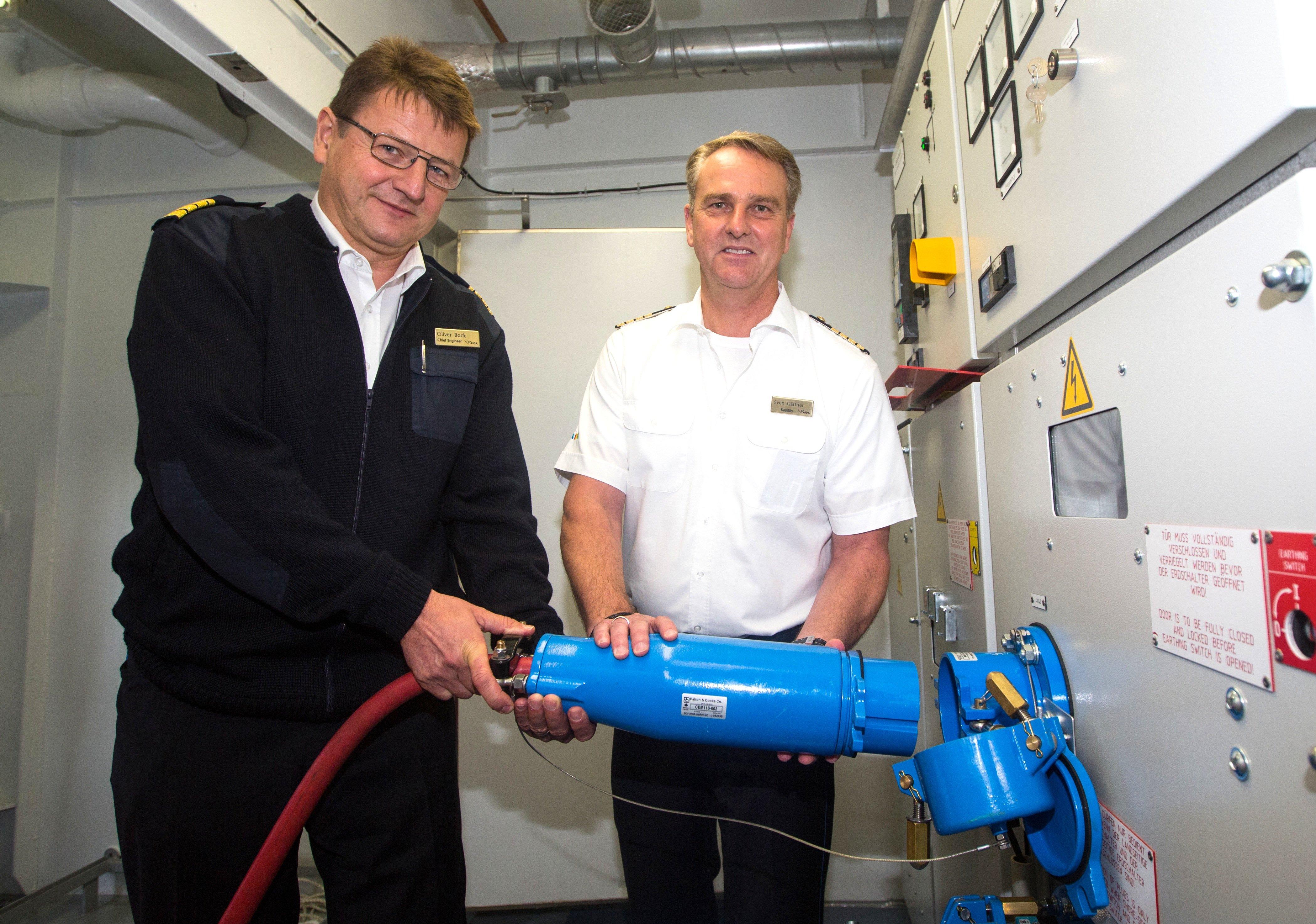 Stromanschluss auf der AIDAsol: Bis zu 7,5 MW Leistung lassen sich auf dem schwimmenden Gaskraftwerk im Hamburger Hafen erzeugen und an Kreuzfahrtschiffe während der Liegezeit im Hafen übertragen.