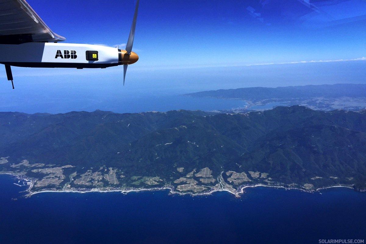 Blick auf die japanische Küste aus der Solar Impulse 2.