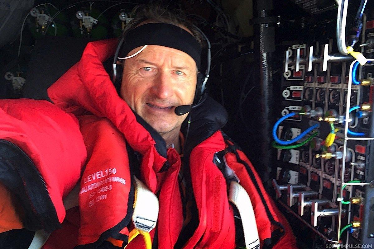 Pilot André Borschberg im Cockpit der Solar Impulse 2 auf dem Flug vonNanjing in China bis nach Hawaii.