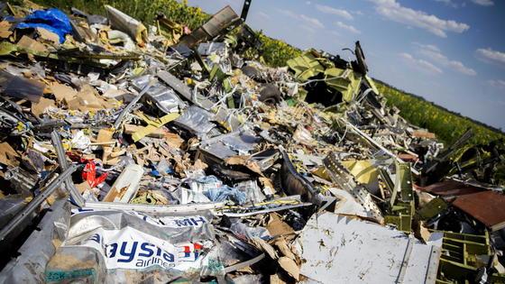 Absturzstelle des Flugs MH17: Russland und die Ukraine schieben einander die Verantwortung für den Abschuss zu – Russland laut Bellingcat mit gefälschten Beweisfotos.