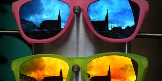 Das Geschäft mit Sonnenbrillen könnte bald das einzige sein, was Augenoptikern noch bleibt. Ihr kanadischer KollegeGarth Webb hat eine bionische Sehhilfe entwickelt, die zukünftig die meisten Brillen und Kontaktlinsen überflüssig machen könnte.<strong></strong>
