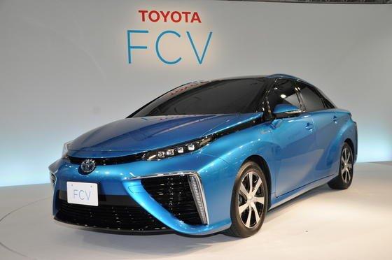 Der Toyota Mirai (FCV): Das Auto tankt Wasserstoff, aus dem Auspuff tropft lediglich harmloser Wasserdampf. Bisherige Schwachstelle ist die Reaktionsfähigkeit des Platinkatalysators.