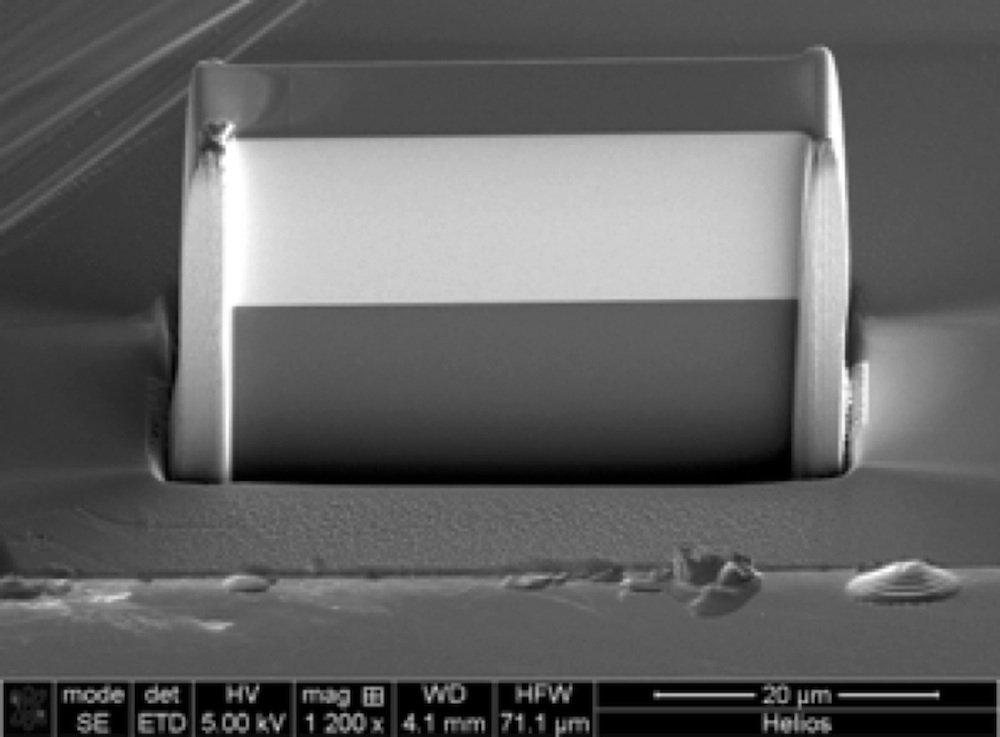 Die neue Röntgenlinse unter dem Rasterelektronenmikroskop. Der helle Bereich besteht aus 5500 ultradünnen, keilförmigen Schichten aus Wolfram und Siliziumkarbid. Die Linse ist 40 Mikrometer breit.
