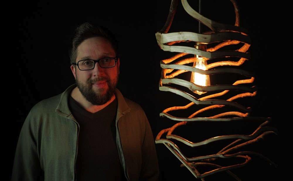 Der britische Künstler und Designer Gavin Munro arbeitet und experimentiert seitrund zehn Jahren mit Hölzern, um daraus Möbel herzustellen. Auch Lampen lässt er wachsen, wie man sieht.