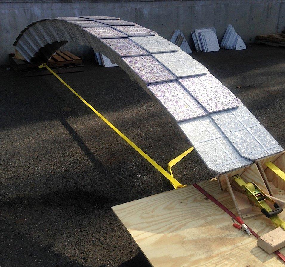 Da die Platten nicht besonders belastbar sind, haben die Ingenieure 40 Bauelemente mit den Platten vorgefertigt, aus denen dann in New York ein Pavillon entstanden ist.
