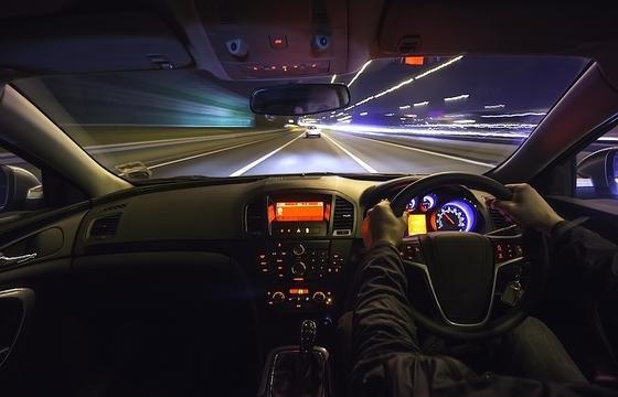 Brain4Cars: Mit Gesichts- und Straßenkameras sowie Analysesoftware soll das Assistenzsystem Unfälle verhindern lernen.