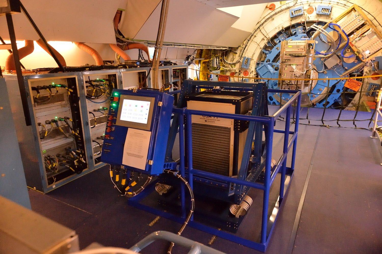 Cryo-Cooler im Einsatz: Die Klimaanlage kühlt die Detektoren auf ihre Arbeitstemperatur – auf nur wenige Grad Celsius über dem absoluten Nullpunkt bei -273,15 °C.