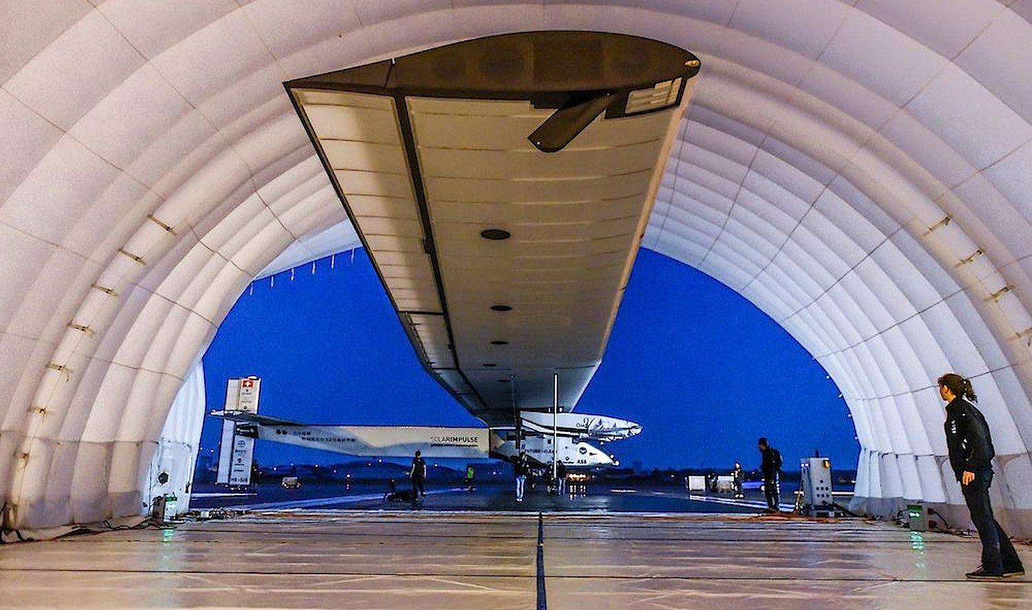 Solar Impulse 2 im mobilen Hangar: Mechaniker müssen einen Flügel reparieren, den Windböen bei der Landung in Nagoya beschädigt haben.