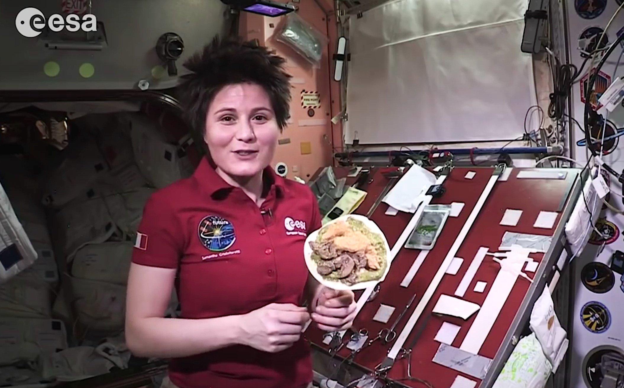AstronautinSamantha Cristoforetti ist derzeit der Star an Bord der ISS. Sie brüht Kaffee mit einer eigens entwickelten Espressomaschine und zeigt im Video, wie man im All eine Teigtasche mit Hühnchen und Kurkuma zaubert.