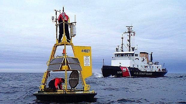 Mit solchen Bojen wird die Wassertemperatur bestimmt. Diese Methode ist wesentlich genauer als Messungen an Bord von Schiffen. Die abgebildetete Boje wird gerade repariert.