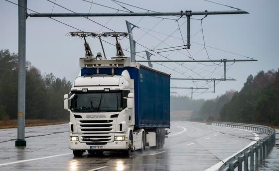 Auf einem Autobahnabschnitt bei Stockholm wollen Siemens und Scania Laster mit Hybridantrieb im Praxiseinsatz testen. In zwei Jahren sollen die Ergebnisse vorliegen.