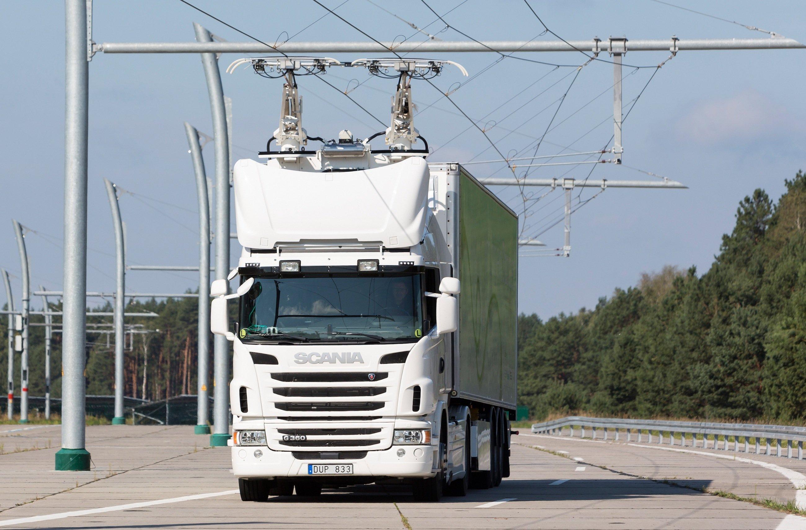Scania-Lkw mit Hybridantrieb auf der eHighway-Teststrecke in Groß Dölln im Landkreis Uckermark in Brandenburg: Jetzt will Siemens seine Hybridtechnik auf einer Autobahn in Schweden im Praxiseinsatz testen.